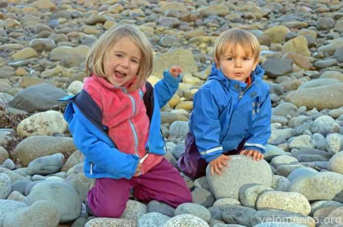 Marla und Mika am Strand auf Haida Gwaii